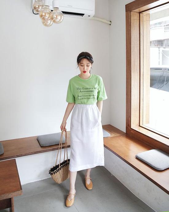 Ngoài short trẻ trung, áo thun còn được sử dụng cùng các kiểu chân váy midi, váy chữ A, jeans skinny.