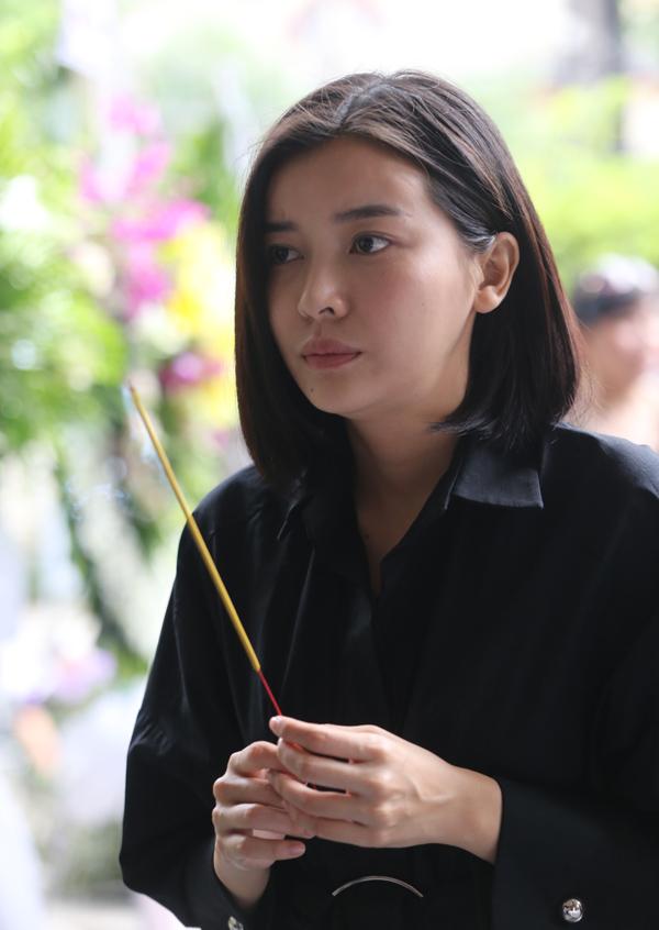 Diễn viên Cao Thái Hà thắp nén nhang từ biệt đàn anh.