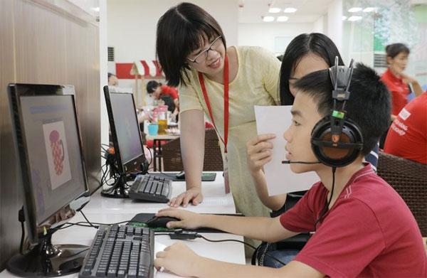 Học sinh nhí rèn tiếng Anh nhờ laptop, iPad, TV cảm ứng - 1