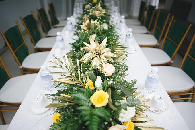 Loài hoa chủ đạo mà người đẹp chọn cho đám hỏi là hoa hồng. Wedding planner điểm xuyết các nhành lá, trong đó có cả lá dứa được phun sơn mạ vàng để tạo điểm nhấn.