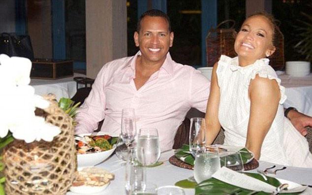 Cầu thủAlex Rodriguez cũng vừa đón sinh nhật vào ngày 27/7. Trên Instagram, J.Lo gửi lời chúc tới bạn trai cùng những chia sẻ ngọt ngào: Anh yêu, trải qua một năm rưỡi ở bên anh giúp em hiểu về anh ngày càng nhiều hơn. Mỗi ngày em đềungạc nhiên bởi tình yêu, sự hào phóng anh dành cho em và cho mọi người. Anh luôn mang năng lượng và tiếng cười đến khắp nơi....