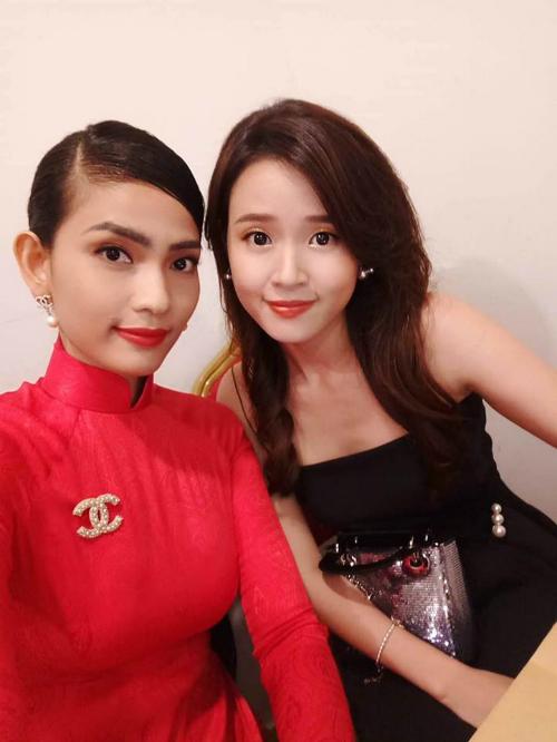 Midu đọ sắc cùng Trương Thị May khi làm giám khảo cho cuộc thi Tìm kiếm Gương mặt Nữ sinh Áo dài 2018.