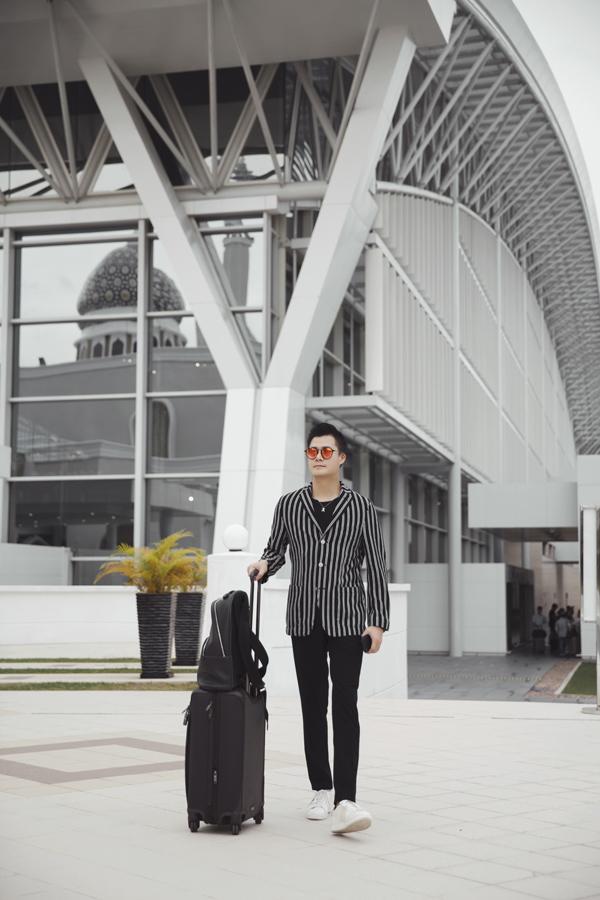 Anh là nghệ sĩ Việt Nam đầu tiên được hãng Hàng không Hoàng gia Brunei mời sang thăm Vương quốc Hồi giáo chỉ rộng gần 6.000 km2 với dân số hơn 400.000 người.