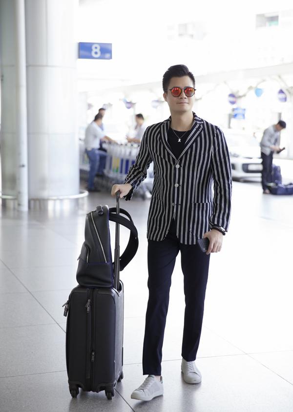 Nam ca sĩ mang hành lý gọn nhẹ, ăn mặc chỉn chu khoe phong độ trẻ trung ở tuổi 43.