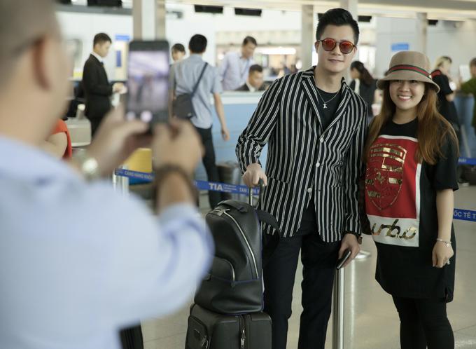 Một số khán giả nhận ra Quang Dũng ở sân bay đã xin chụp ảnh cùng anh.