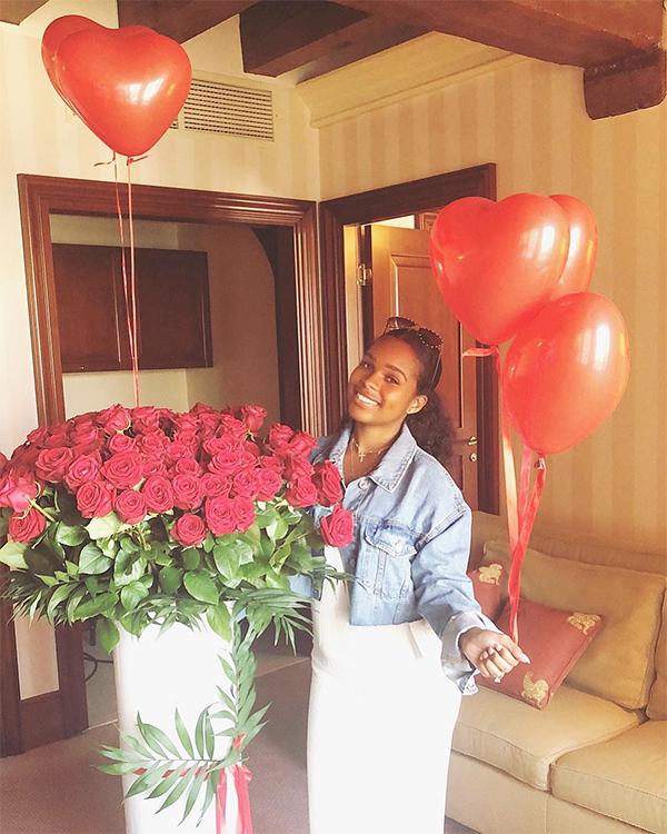 Sterling mua hoa hồng và bóng bay hình trái tim tặng vợ sắp cưới.