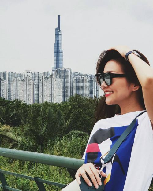 Siêu mẫu Thanh Hằng chụp ảnh sống ảo vớibackground là tòa nhà chọc trời 81 tầng ở TP HCM.