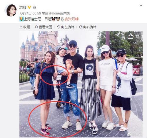 Ngày 24/7, bức ảnh đi du lịch của gia đình Trương Đan Phong do bà xã anh đăng tải lên Weibo đã khiến rất nhiều khán giả bức xúc. Trong tấm hình, quản lý của tài tử không chỉ nắm tay con gái của cặp đôi mà còn quay người hướng về phía anh. Người hâm mộ còn không ngừng so sánh trường hợp của Trương Đan Phong với Mã Dung (người ngoại tình với quản lý của chồng là Vương Bảo Cường). Hai người còn từng bị bắt gặp mặc áo đôi với nhau không dưới hai lần.