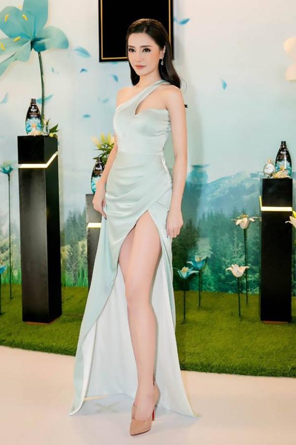 Không có chiều cao như người mẫu nhưng ca sĩ Bích Phương lại sở hữu đôi chân thon thả. Cô khéo léo khai thác lợi thế này qua thiết kế xẻ cao mềm mại.