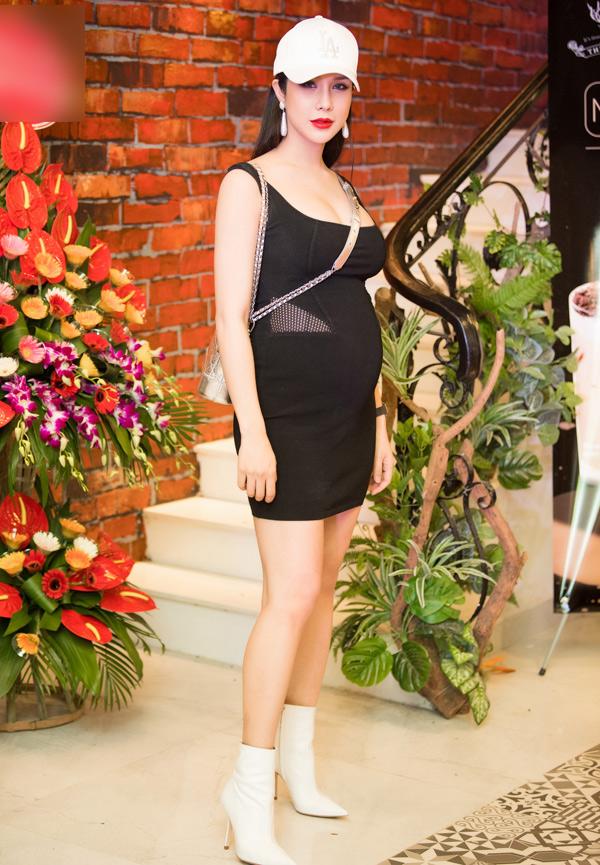 Sau thời gian giấu bụng, Diệp Lâm Anh đã thoải mái công khai tin vui cô sắp làm mẹ. Nữ ca sĩ lần đầu diện váy bó, để lộ bụng bầu tròn vo trong một sự kiện ở Hà Nội hôm cuối tuần.