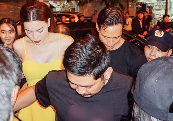 Tối 29/7,Hà Hồ và Kim Lý gây náo loạn khi xuất hiện ở một trung tâm thương mại tại thành phố Bạc Liêu. Vài tuần nay cặp đôi bị đồn đang trục trặc vì họ không còn là bạn bè trên mạng xã hội. Trong chuyến lưu diễn mới đây của Hồ Ngọc Hà tại Mỹ, Kim Lý cũng vắng mặt.