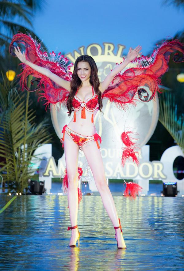 Trong buổi chiều và tối 29/7, Phan Thị Mơ tham gia buổi ghi hình chuẩn bị cho đêm chung kết World Miss Tourism Ambassador 2018. Cô cùng 47 người đẹp đến từ các quốc gia khác trên thế giới có màn trình diễn trang phục bikini tự thiết kế ở một resort tại Hội An.