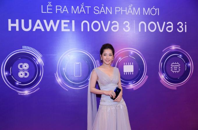 Nova 3i gây ấn tượng với Chi Pu nhờ thiết kế hiện đại và trẻ trung cùng các tính năng nổi bật. Ảnh: Huawei.