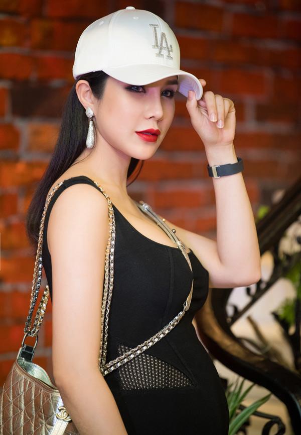 Mang thai ở tháng thứ sáu, trông Diệp Lâm Anh vẫn rất năng động, hoạt bát. Từ khi kết hôn, nữ ca sĩ hạn chế dự các sự kiện của làng giải trí để tập trung kinh doanh và dưỡng thai.