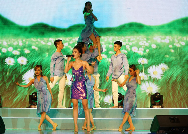 Vốn có thân hình người mẫu nhưng ca sĩ Ái Phương đã đánh mất lợi thế này khi diện trang phục sequin kiểu dáng sến, khiến phần bụng trông to hơn.