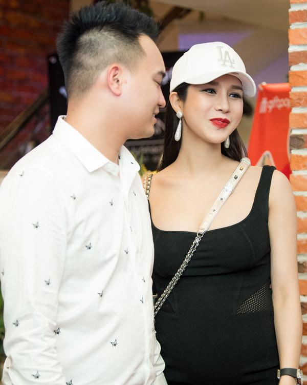 Chồng thiếu gia kém tuổi tháp tùng Diệp Lâm Anh trong buổi khai trương cửa hàng mới của cô ở thủ đô.