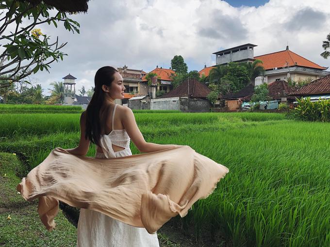 Nữ ca sĩ say sưa ngắm cảnhthiên nhiên yên ả, thanh bình ở đất nước vạn đảo Indonesia.