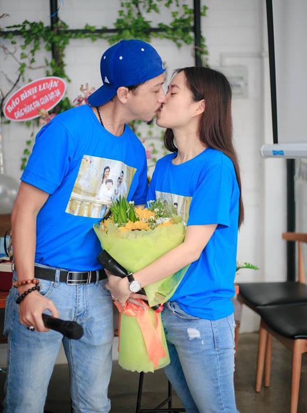 Đôi vợ chồng trao nhau nụ hôn ngọt ngào khiến các fan phấn khích, reo hò không ngớt.