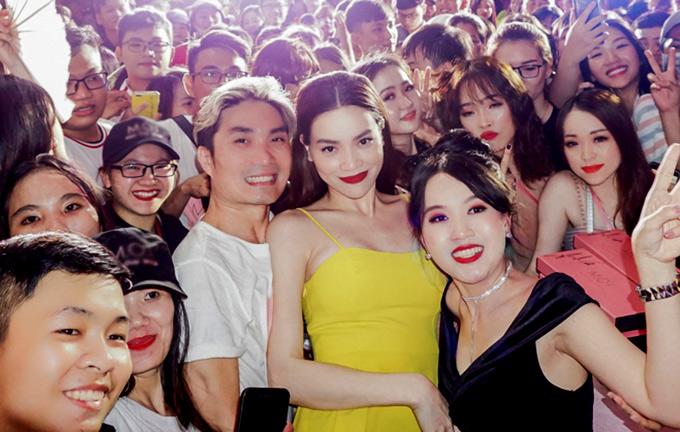 Chuyên gia trang điểm Nguyễn Hùng (áo tthun trắng) đã đồng hành cùng Hà Hồ hơn 10 năm nay. Hàng nghìn người hâm mộ Bạc Liêu vây quanh, xin chụp ảnh với nữ ca sĩ xinh đẹp.