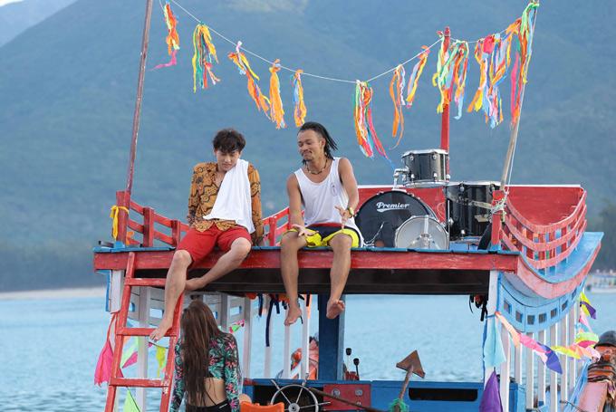 Diễn viên Hoàng Phi (áo thun trắng) trong vai một ngư dân. Bộ phim được xây dựng như một bữa tiệc âm nhạc đầy màu sắc giữa biển xanh, cát trắng ở Mũi Né, Phan Thiết.