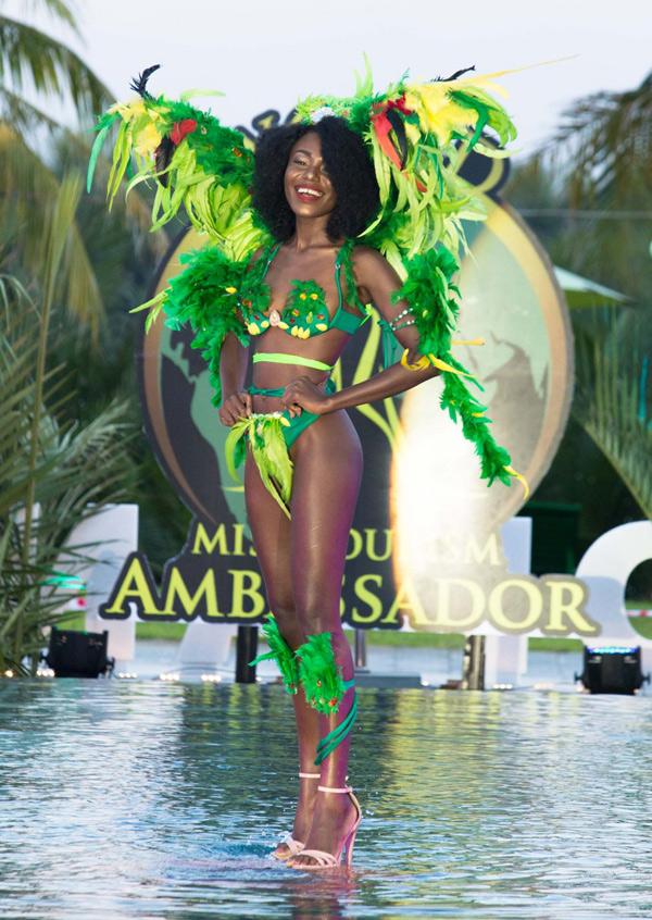 Người đẹp Haiti đính lông vũ tô điểm cho trang phục. Màn diễn của cô được nhiều khán giả tán thưởng nồng nhiệt.