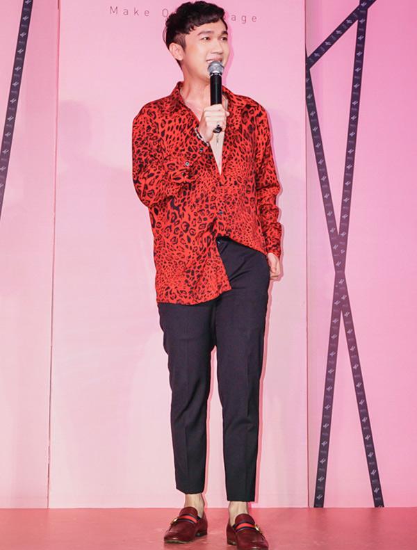 MC Minh Xù dẫn dắt buổi giao lưu của Hà Hồ với khán giả Bạc Liêu.