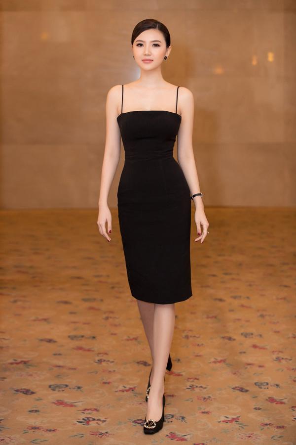 Không cần diện đồ cầu kỳ, Nữ hoàng sắc đẹp toàn cầu 2016 Ngọc Duyên vẫn ghi điểm với bộ váy gam đen ôm khít, tôn lên vóc dáng thon gọn sau gần 3 tháng sinh con gái đầu lòng