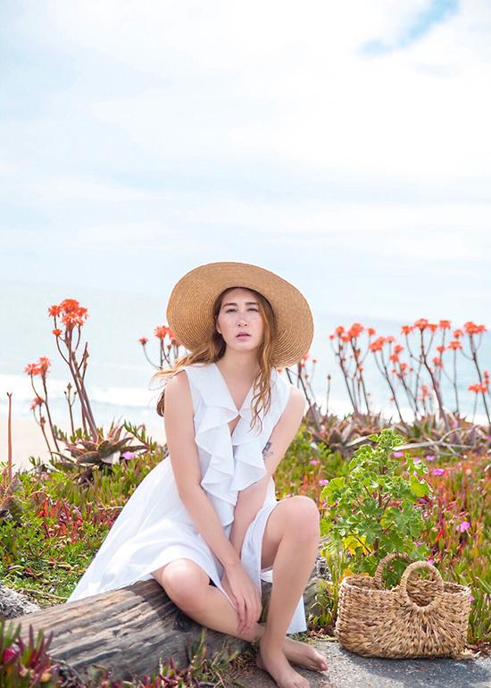 Váy áo bèo nhún trên tông trắng là sản phẩm được các cô nàng mê phong cách bánh bèo yêu thích ở mùa hè năm nay.