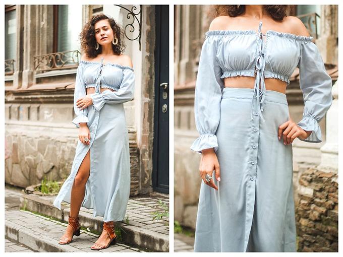 Áo crop top trở nên bắt mắt hơn khi được trang trí những đường bèo nhỏ xinh. Kết hợp cùng kiểu áo sẽyx là chân váy cài nút đồng màu.