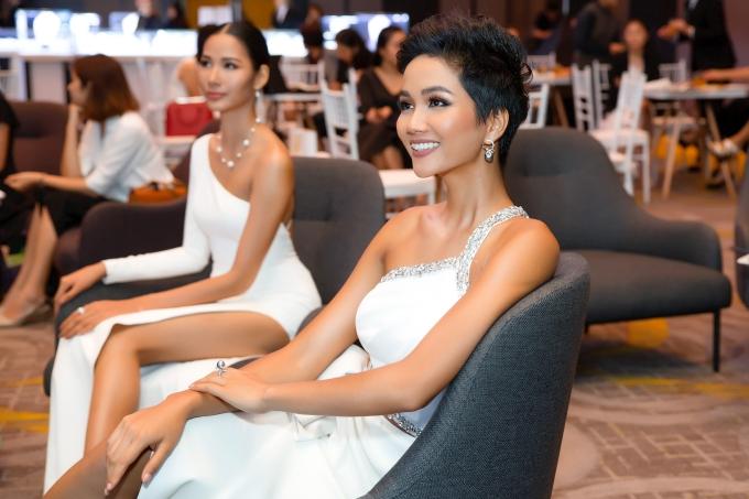 TitleHHen Niê, Hoàng Thùy đọ vẻ gợi cảm với váy cắt trước xẻ sau - 6