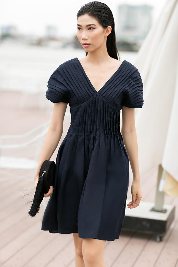 Ngoài các chất liệu mềm mỏng, nhẹ tênh, nhà mốt Việt còn sử dụng vải thô, line để tạo nên các mẫu đầm dạo phố hợp xu hướng.