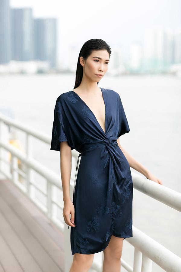 Kỹ thuật xoắn vải, tạo nếp xếp được áp dụng một cách hiệu quả để mang tới điểm nhấn cho các dáng váy hợp mốt.
