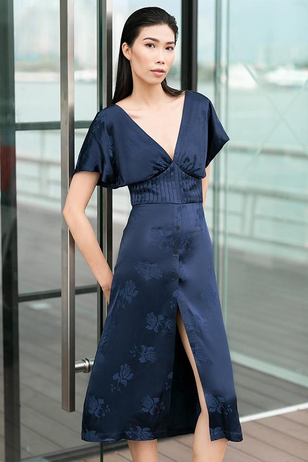 Nhà mốt Việt khai thác triệt để chi tiếtxẻ chân váy caonhằm mang tới các kiểu trang phục tôn chân thon.