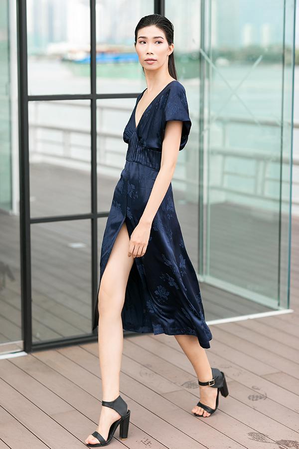 Chất liệu lụa mềm được sử dụng để tạo nên các kiểu váy xẻ ngực sâu, rủ vai đề cao sự giải phóng cơ thể.