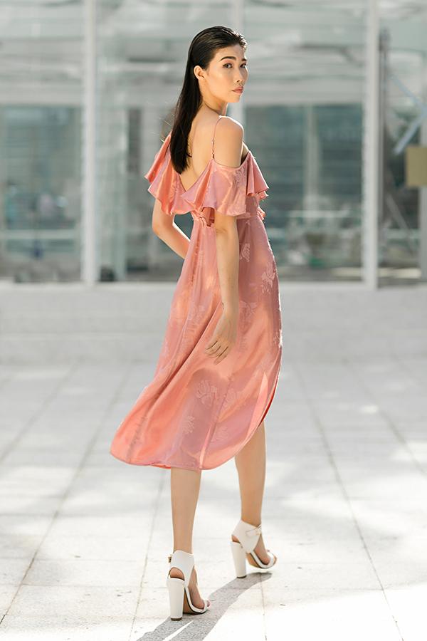 Váy bèo nhún hợp mốt dành cho các bạn gái có bờ vai thon gọn và lưng ong nuột nà.