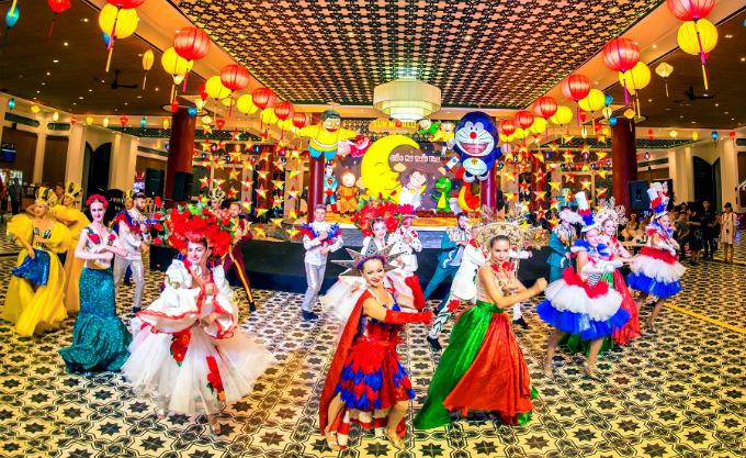 Ngoài chiêm ngưỡng nghệ thuật múa lân - sư - rồng, du khách còn được thưởng thức màn trình diễn của các vũ công người nước ngoài.