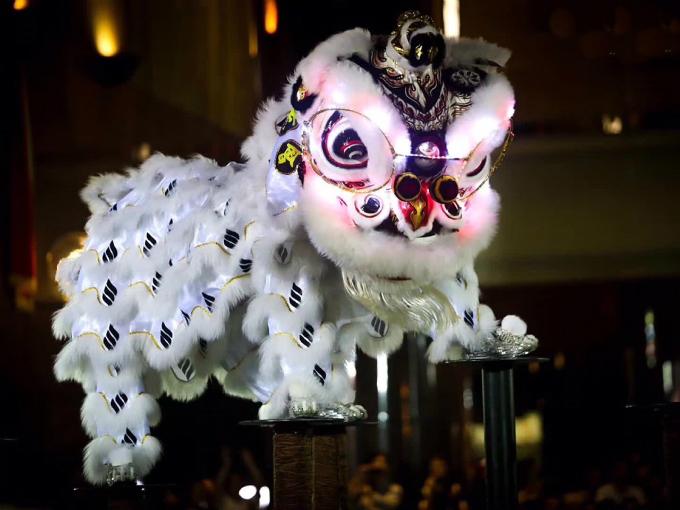 Múa lân-sư-rồng là một môn nghệ thuật múa dân gian đường phố có nguồn gốc từ Trung Quốc, thường được biểu diễn trong các dịp lễ hội, đặc biệt là Tết Nguyên Đán và Tết Trung Thu, vì ba con thú này tượng trưng cho thịnh vượng, phát đạt, hạnh phúc, hanh thông...