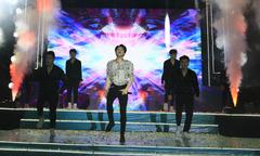 Noo Phước Thịnh nhảy sung trên sân khấu