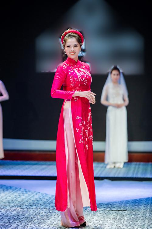 Mẫu áo dài cưới hồng đậmcó thiết kế cổ trụ cao 3 cm và họa tiết hoa được thêu cầu kỳ. Thay vì dùng váyxếp li, lần này cô dâu kết hợp với quần dành cho áo dài truyền thống. Mẫu áo nàyphù hợp với những cô dâu yêu thích phong cách cổ điển.