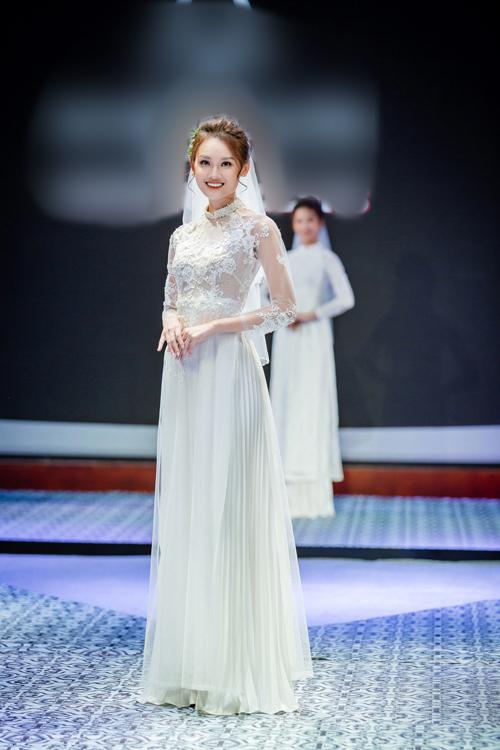 Chất liệu thường thấy trong mẫu áo dài cưới nhiều tà là vải voan làm mềm mại chiếc áo. Cô dâu có thể diện váy xếp li trắng dài chấm đất để tạo vẻthướt tha trong từng bước đi.