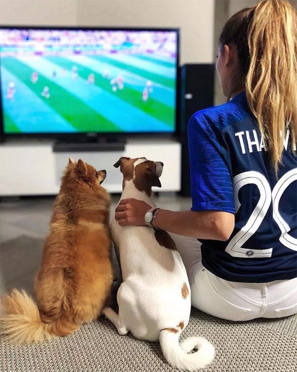 Cô theo dõi, ủng hộ tuyển Pháp cũng như Thauvin tại giải. Tiền đạo Marseille không đá chính tại World Cup năm nay.
