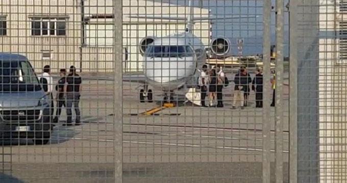 Dù chuyến đi của C. Ronaldo không được công bộ, một số người hâm mộ và truyền thông vẫn có mặt ở sân bay để chờ đón anh. CR7 bế con trai nhỏ tuổi của anh, giơ tay chào người hâm mộ khi anh xuống máy bay.