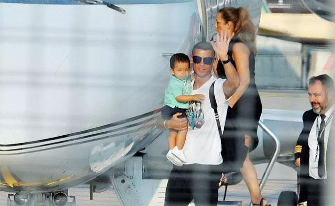 C. Ronaldo bế con trai, đưa cả nhà đến Torino - 4