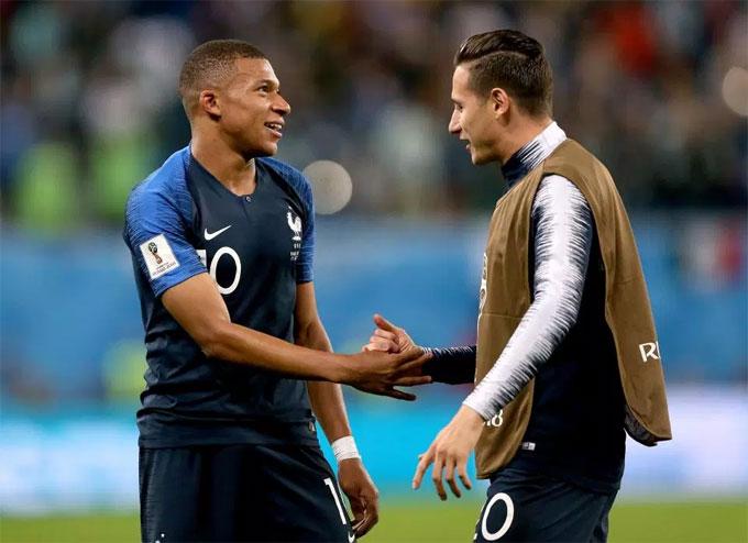 Thauvin và Mbappe mừng chiến thắng của Pháp trước Bỉ ở bán kết.
