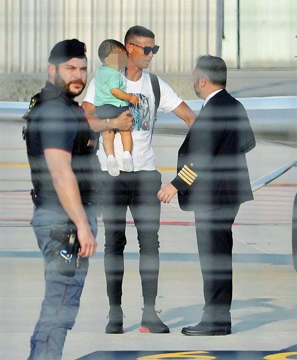 Mateo được bố bế, bước ra máy bay đầu tiên. Sau đó, bạn gái, mẹ và các con của CR7 cũng xuống phi cơ, lên ôtô rời sân bay.