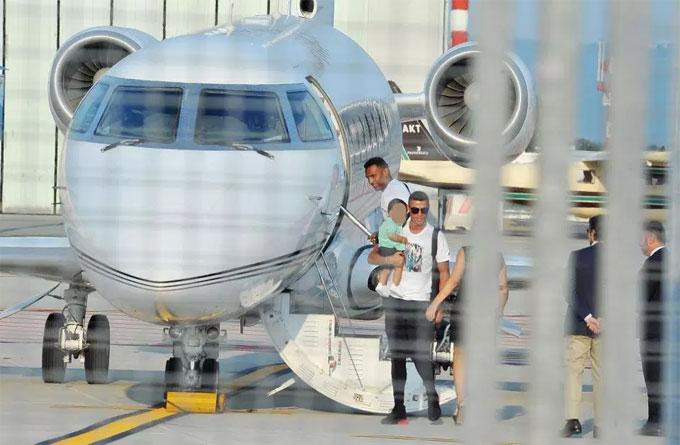 Chuỗi ngày nghỉ của C. Ronaldo kết thúc. Hôm 29/7, anh đi chuyên cơ đến Torino chuẩn bị cho buổi tập đầu tiên cùng CLB mới vào ngày 30/7.