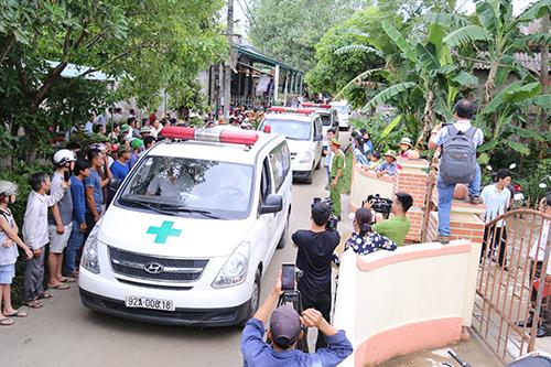 Xe cấp cứu đưa các nạn nhân về đến quê Quảng Trị. Ảnh: Hoàng Táo