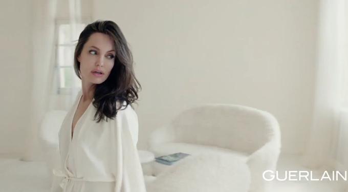 Jolie cuốn hút trong phim quảng cáo.