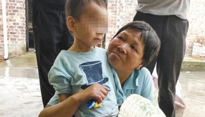 Cậu bé hiện phục hồi sức khỏe sau khi được cho uống sữa và truyền nước. Ảnh: SCMP.