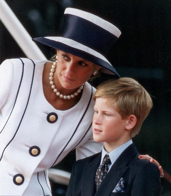 Công nương Diana qua đời sau tai nạn xe vào năm 1997, khi Hoàng tử Harry mới 12 tuổi. Ảnh: UK Press.